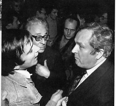 Au centre, entre Alain Robert (Ordre Nouveau/ Parti des Forces Nouvelles) et Jean-Marie Le Pen. Le GUD et Le PFN tentent d'empêcher Jean-Marie Le Pen de tenir un meeting à la faculté d'Assas, fief du GUD, le 14 décembre 1977.