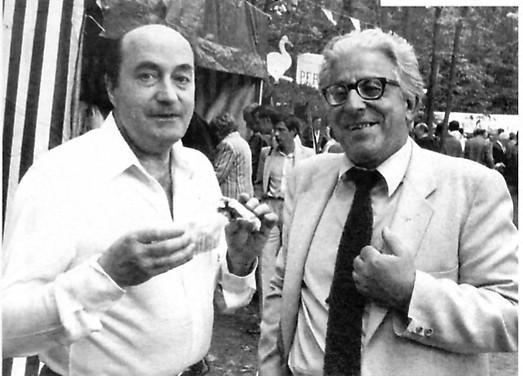 A droite, au côté de Pierre de Villemarest, membre du SDECE (services secrets de l'Armée) ancien OAS et du GRECE, responsable du DPS. Photo prise lors des fêtes BBR du FN.