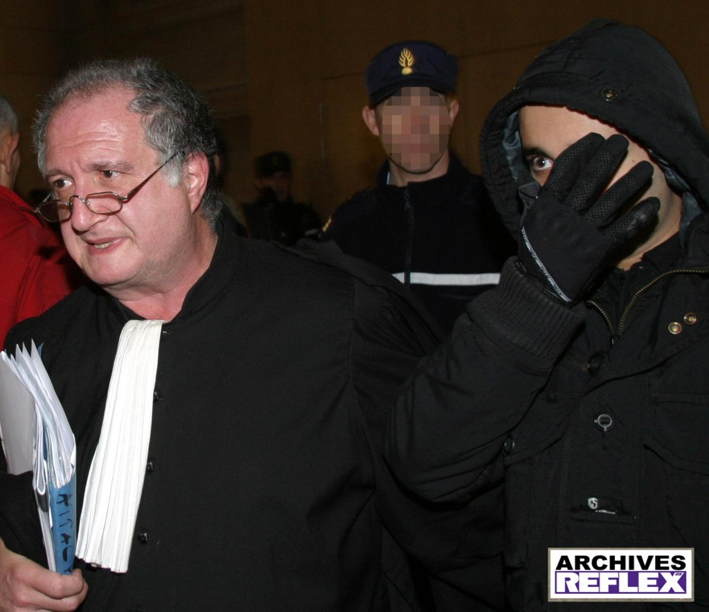 Antony Attal sortant de l'audience avec ses gants de velours !!!