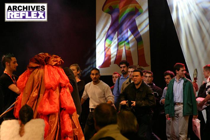 Une des actions organisées par le RED à ses origines en octobre 2005, contre le salon homosexuel Rainbow attitude. Les militants font alors incursion sur le podium emmenés par deux dirigeants des Jeunesses Libanaises Chrétiennes, Tony Baroud et Philippe Sfeir.