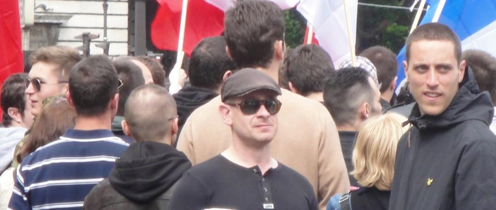 Quelques gudards, dont Loik Le Priol à gauche de profil lunettes de soleil