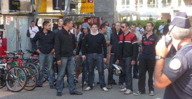 Septembre 2011. Retour de Bruno Gollnisch à Lyon III : Alexandre Gabriac avec une minerve, Steven Bissuel avec un casque à la main et Yvan Benedetti à l'avant de profil