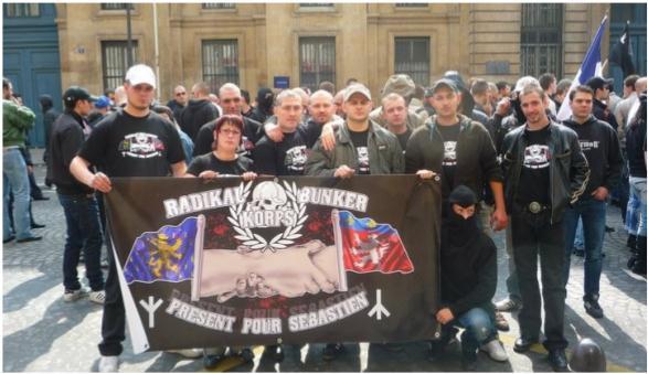 C9M 2010 à Paris. « Malko » tout a gauche avec casquette blanche en compagnie des néo-nazis du Bunker Korps (Lyon) et du Radikal Korps (Franche-Comté).