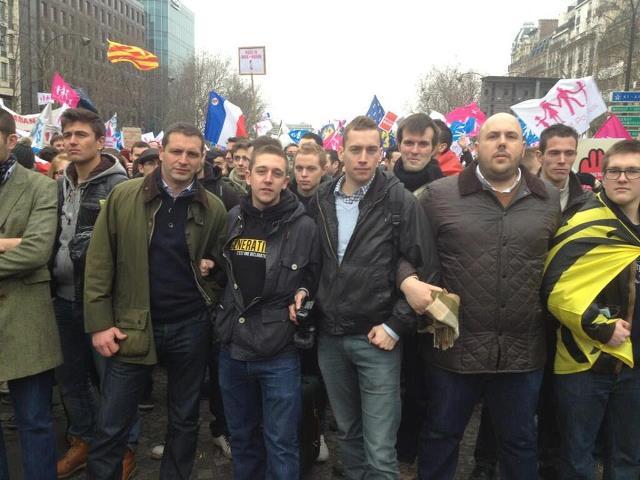 « Manif Pour Tous », Paris. Les quatre du milieu, de gauche à droite : Robert, Martin, Lefèvre, Vardon bas dessus-bras dessous.