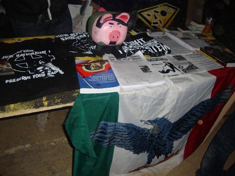 29 Juin 2013 « table de presse ». L'humour gudar : la tirelire mi cochon – mi Hitler. On remarquera également le drapeau de la République Sociale Italienne de Mussolini.