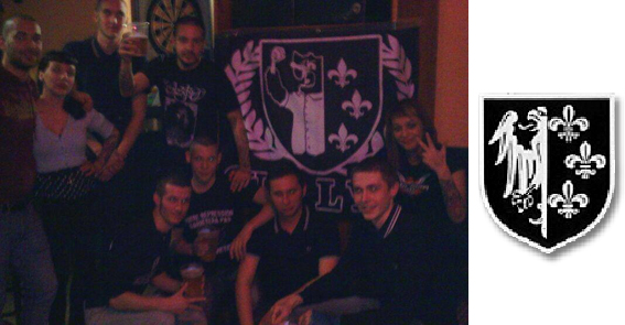 Photo souvenir (à gauche) où on appréciera le logo gudar directement inspiré du blason (à droite) de la Division Charlemagne regroupant les français engagés volontaires dans la Waffen-SS durant la Seconde Guerre mondiale