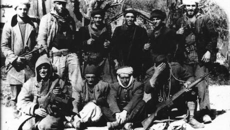 Des paras du 8me R.P.C. en opération d'infiltration dans les zones tenues par le FLN lors de la guerre d'Algérie. R. Holeindre est au 2nd rang à ... l'extrême droite, mais ça on le sait depuis longtemps !