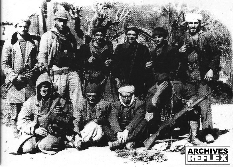 Des paras du 8me R.P.C. en opération d'infiltration dans les zones tenues par le FLN lors de la guerre d'Algérie. R. Holeindre est au 2nd rang à … l'extrême droite, mais ça on le sait depuis longtemps !